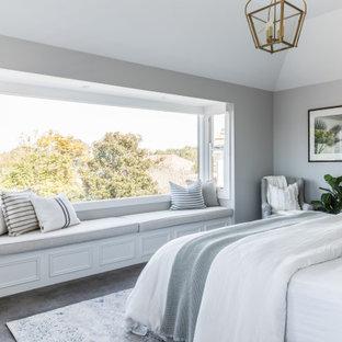 Идея дизайна: спальня в морском стиле с серыми стенами, ковровым покрытием и серым полом