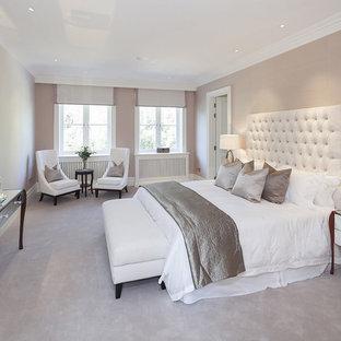 Mittelgroßes Klassisches Hauptschlafzimmer mit beiger Wandfarbe und Teppichboden in London