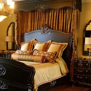 Foto de dormitorio principal, clásico, de tamaño medio, con paredes beige, suelo de madera oscura y suelo marrón