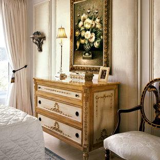 На фото: с высоким бюджетом маленькие хозяйские спальни в классическом стиле с серыми стенами и полом из известняка без камина