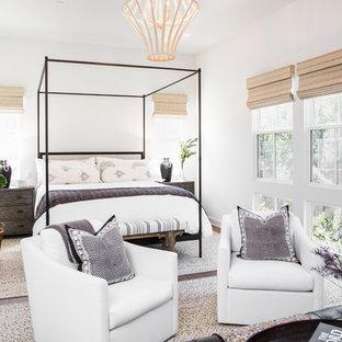 Exemple d'une chambre parentale nature avec un mur blanc et un sol en bois foncé.