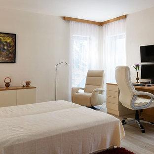На фото: маленькие хозяйские спальни в современном стиле с белыми стенами, полом из фанеры и коричневым полом без камина
