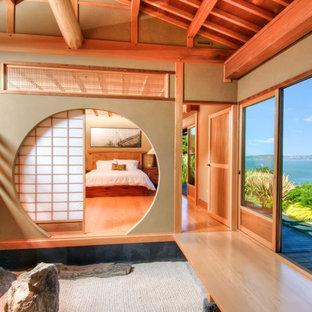 Стильный дизайн: большая хозяйская спальня в восточном стиле с бежевыми стенами и светлым паркетным полом - последний тренд