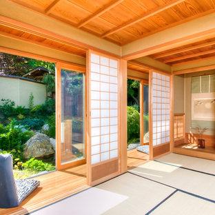Aménagement d'une grande chambre asiatique avec un mur beige et un sol en bois brun.