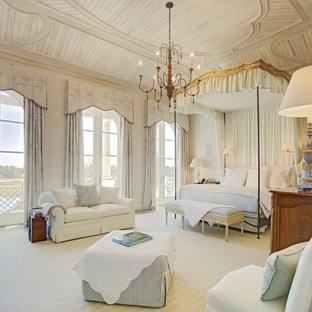 ジャクソンビルの巨大なヴィクトリアン調のおしゃれな主寝室 (ベージュの壁、カーペット敷き、ベージュの床)