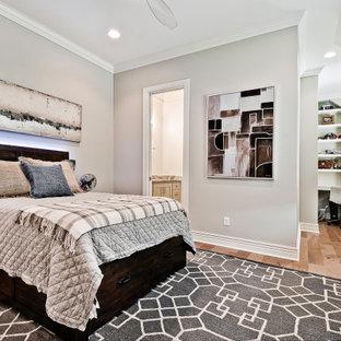 他の地域の広いトランジショナルスタイルのおしゃれな客用寝室 (白い壁、淡色無垢フローリング、格子天井) のインテリア
