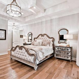 Foto di una grande camera matrimoniale classica con pareti bianche, parquet chiaro e soffitto a cassettoni
