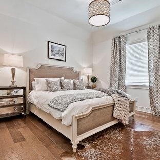 Modelo de habitación de invitados clásica renovada, grande, con paredes blancas y suelo de madera clara