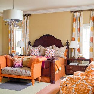Идея дизайна: большая хозяйская спальня в классическом стиле с бежевыми стенами, ковровым покрытием и разноцветным полом
