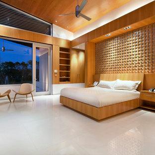 Неиссякаемый источник вдохновения для домашнего уюта: хозяйская спальня в современном стиле с коричневыми стенами, полом из известняка и белым полом