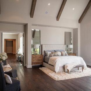 Imagen de dormitorio clásico renovado con paredes grises y suelo de madera oscura