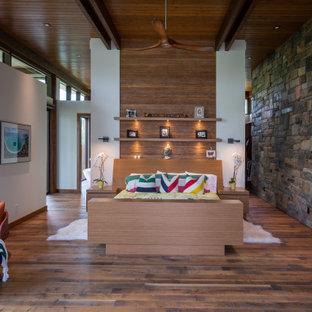 Idéer för rustika sovrum, med vita väggar, mörkt trägolv och brunt golv
