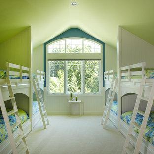 Modelo de habitación de invitados tradicional, de tamaño medio, con paredes verdes, moqueta y suelo beige