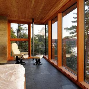 Ispirazione per una grande camera matrimoniale minimalista con pareti beige, pavimento in ardesia e nessun camino