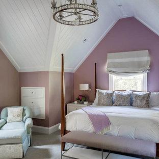 Bild på ett stort vintage gästrum, med lila väggar och heltäckningsmatta
