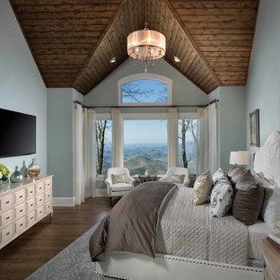 Ejemplo de dormitorio principal, tradicional, de tamaño medio, sin chimenea, con paredes azules, suelo de madera oscura y suelo marrón