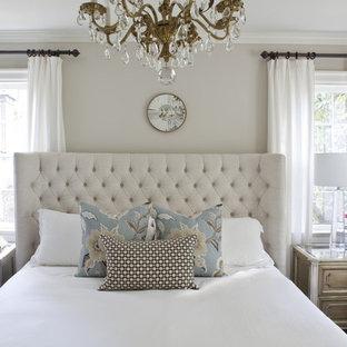 Modelo de dormitorio principal, clásico, de tamaño medio, sin chimenea, con paredes grises