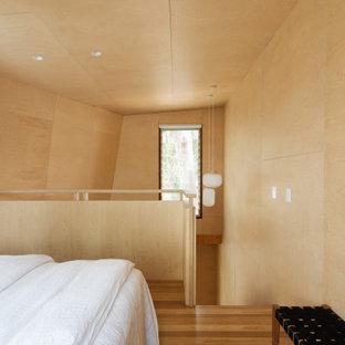 Idéer för ett modernt sovloft, med mellanmörkt trägolv