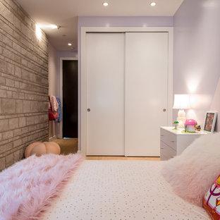 Imagen de habitación de invitados actual, de tamaño medio, con paredes púrpuras, suelo de madera clara y suelo multicolor