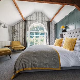 Пример оригинального дизайна: хозяйская спальня среднего размера в стиле современная классика с зелеными стенами, ковровым покрытием и серым полом без камина
