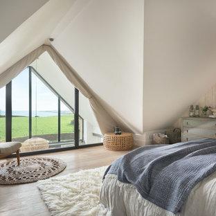 Идея дизайна: спальня на мансарде в морском стиле с белыми стенами, светлым паркетным полом и бежевым полом