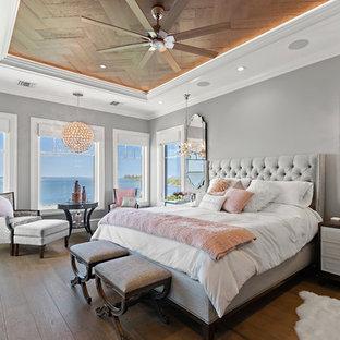 Пример оригинального дизайна: спальня в морском стиле с серыми стенами, темным паркетным полом и коричневым полом