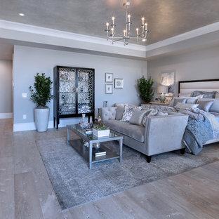 Ispirazione per una grande camera matrimoniale chic con pareti grigie, nessun camino, parquet chiaro e pavimento grigio