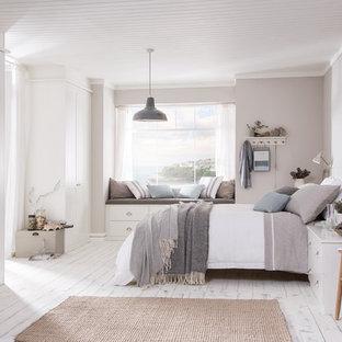 Свежая идея для дизайна: большая гостевая спальня в морском стиле с серыми стенами, светлым паркетным полом и белым полом - отличное фото интерьера