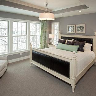 На фото: спальня в морском стиле с серыми стенами с