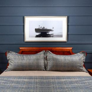 Mittelgroßes Maritimes Gästezimmer mit blauer Wandfarbe, hellem Holzboden, braunem Boden und Wandpaneelen in Miami