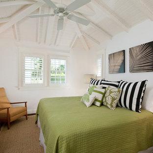 Immagine di una camera matrimoniale tropicale di medie dimensioni con pareti bianche, parquet scuro e nessun camino