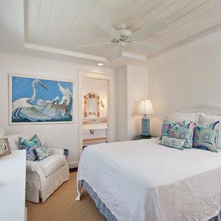 Ispirazione per una camera degli ospiti tropicale con pareti bianche e pavimento in legno massello medio