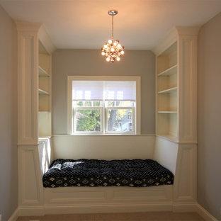 Modelo de habitación de invitados tradicional, pequeña, con paredes grises, moqueta, chimeneas suspendidas y suelo beige