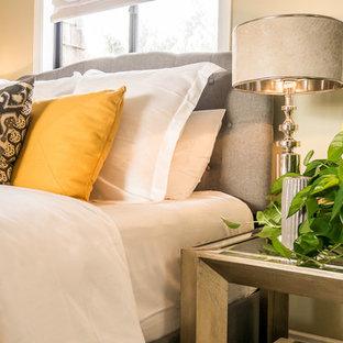 Diseño de habitación de invitados ecléctica, de tamaño medio, con paredes beige, moqueta, chimenea tradicional y marco de chimenea de piedra