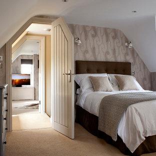 Immagine di una camera da letto costiera con pareti beige e moquette