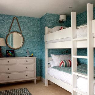 Modelo de dormitorio costero con paredes azules y moqueta