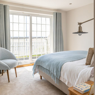 Ejemplo de habitación de invitados marinera, de tamaño medio, con paredes blancas, moqueta y suelo blanco