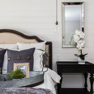 Diseño de dormitorio principal, campestre, grande, sin chimenea, con paredes beige, suelo vinílico y suelo marrón