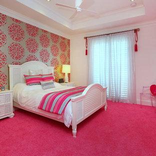 На фото: спальни в современном стиле с разноцветными стенами, ковровым покрытием и розовым полом