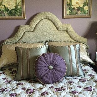 Modelo de habitación de invitados clásica, de tamaño medio, sin chimenea, con paredes púrpuras