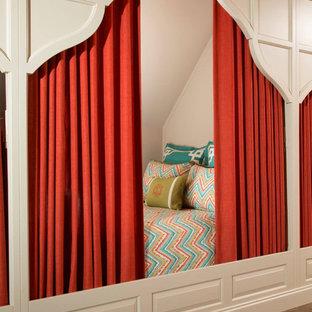 Imagen de dormitorio tipo loft, costero, con suelo marrón y suelo de baldosas de cerámica