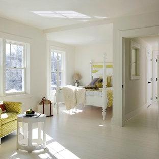 Immagine di una camera da letto costiera con pareti bianche e pavimento bianco