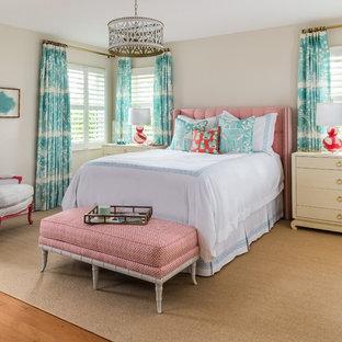 Foto de dormitorio principal, costero, grande, con paredes grises y suelo de madera en tonos medios