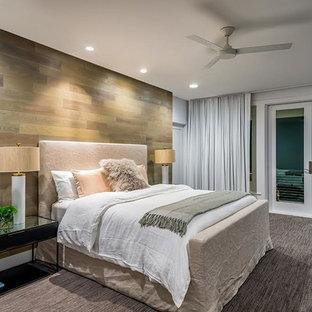 Diseño de habitación de invitados contemporánea, grande, sin chimenea, con paredes marrones, moqueta y suelo gris