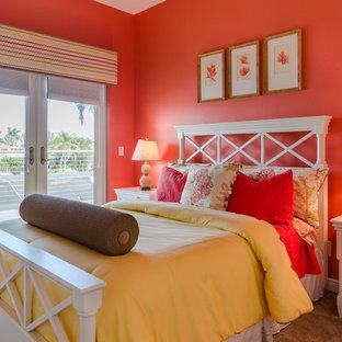 Idéer för att renovera ett mellanstort maritimt gästrum, med orange väggar, heltäckningsmatta och beiget golv