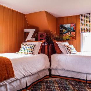 Ejemplo de habitación de invitados actual, pequeña, con parades naranjas, moqueta y suelo naranja