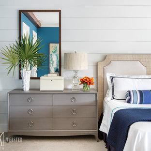 Immagine di una camera matrimoniale stile marinaro con pareti blu e moquette