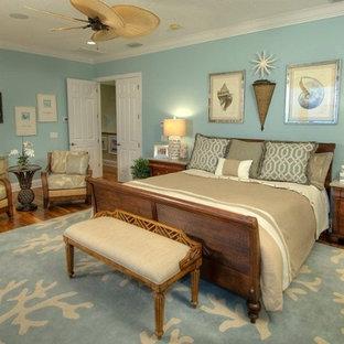 Modelo de dormitorio principal, marinero, de tamaño medio, sin chimenea, con paredes azules y suelo de madera en tonos medios