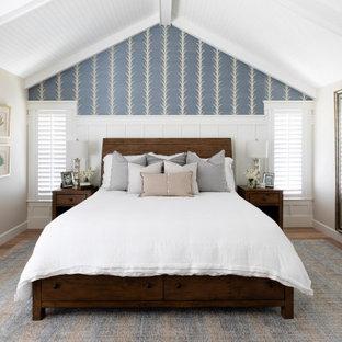 Пример оригинального дизайна: большая хозяйская спальня в стиле современная классика с разноцветными стенами, паркетным полом среднего тона, бежевым полом, деревянным потолком и панелями на стенах