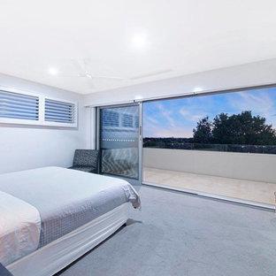 Idee per una camera matrimoniale minimalista di medie dimensioni con pareti rosse, moquette e pavimento grigio